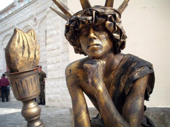 Выставка живых статуй в городе Евпатория