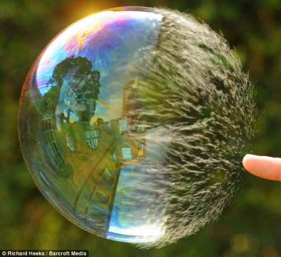 Как лопается мыльный пузырь