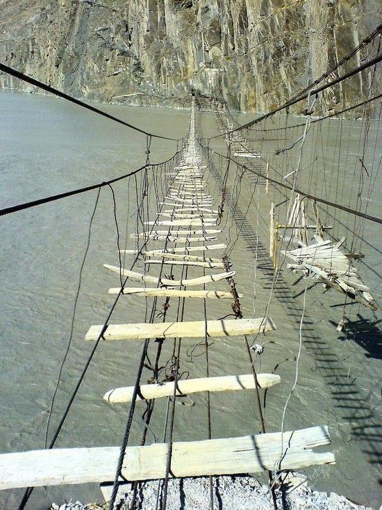 Самый опасный подвесной мост в мире